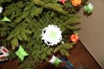 Lukiškių tardymo izoliatoriuje-kalėjime nuteistųjų rankų darbo žaisliukais papuošta eglutė