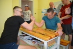 Rankų lenkimo varžybos tarp suimtųjų