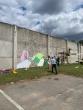 """Marijampolės pataisos namų siena puošiama piešiniu ,,Iš už sienos"""""""